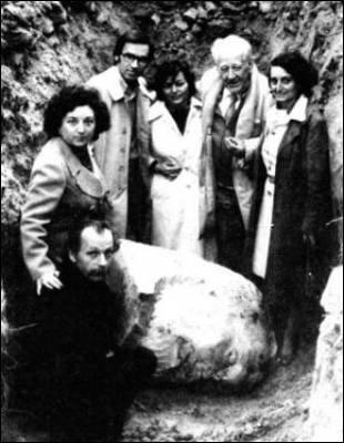 La familia Pradal y Alfonso Guerra junto al busto de Pablo Iglesias