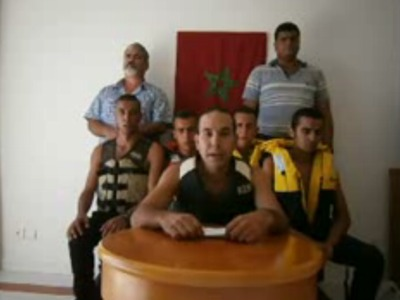 Los cinco miembros del Comité que han nadado hasta Perejil acompañados por Yahya Yahya y Said Chamtri (de pie), antes de realizar la acción.