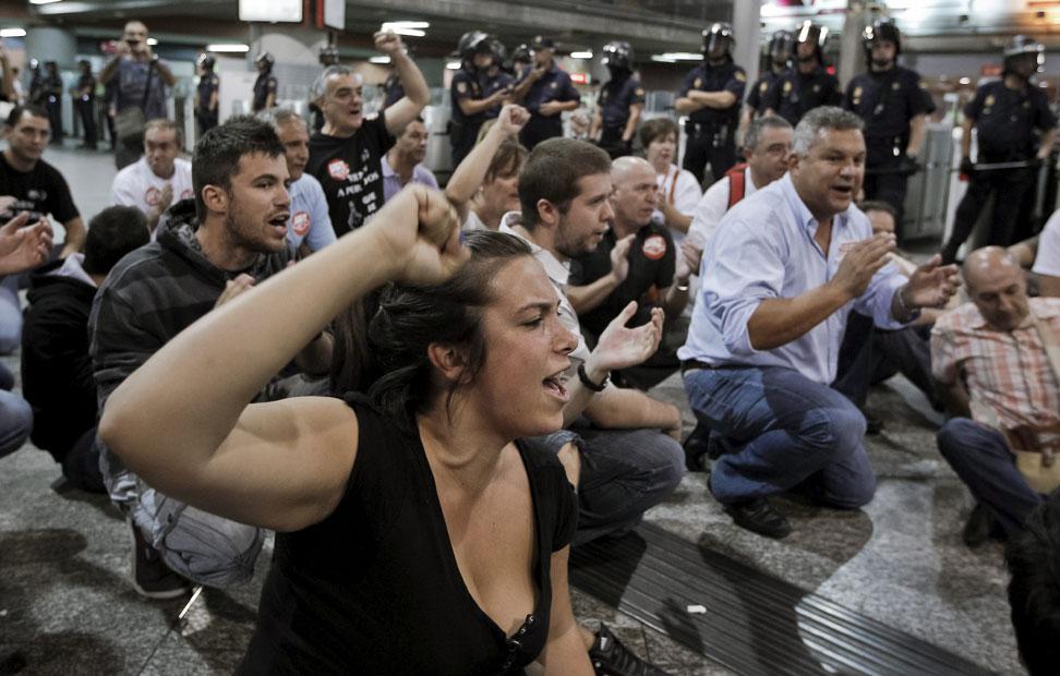 Un grupo de manifestantes, en la madrileña estación de trenes de Atocha a primera hora de hoy, durante la jornada de huelga  contra la liberación del sector ferroviario, que llevan a cabo hoy los trabajadores de Renfe en todo España. EFE/Emilio Naranjo