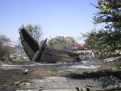 Imágenes de los restos del aparato de Spanair, tras el accidente.