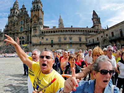 Afectados por las preferentes en la Plaza del Obradoiro en Santiago, este sábado.