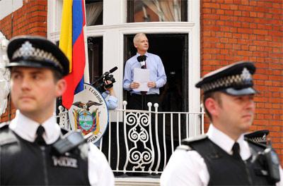 Julian Assange lee una declaración a la prensa desde el balcón de la Embajada de Ecuador en Londres, el pasado agosto