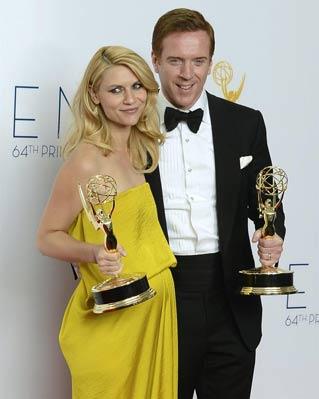 os actores Claire Danes y Damian Lewis posan con sus premios como mejores en una serie dramática por sus trabajo en 'Homeland'.
