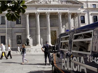 Un furgón de Policía Nacional, este lunes, ante el Congreso de los Diputados donde se va a desplegar con más de 1.300 agentes.