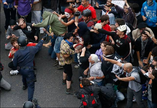 Imagen del momento previo a una de las cargas policiales. REUTERS