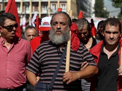 Trabajadores griegos se manifiestan durante la jornada de 24 horas de huelga general convocada hoy. EFE