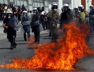 Choques aislados entre policías y manifestantes en Atenas durante la huelga. REUTERS