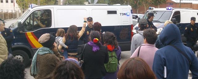 Los detenidos han cantado desde dentro de los furgones, mientras que desde fuera compañeros y familiares han mandado ánimos - E. M.