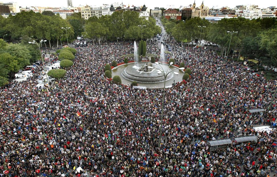 Vista de la plaza de Neptuno de Madrid donde gran número de personas se han congregado esta tarde, convocados por la Coordinadora 25S dentro de la iniciativa 'Rodea el Congreso'. EFE/ANGEL DIAZ