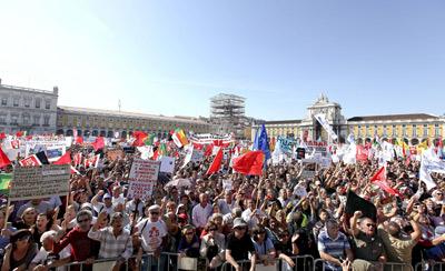 Manifestantes convocados por el CGTP, el sindicato mayoritario de Portugal, se reunen en la Plaza de Comercio de la capital lusa para protestar contra los últimos recortes del Gobierno. MARIO CRUZ / EFE