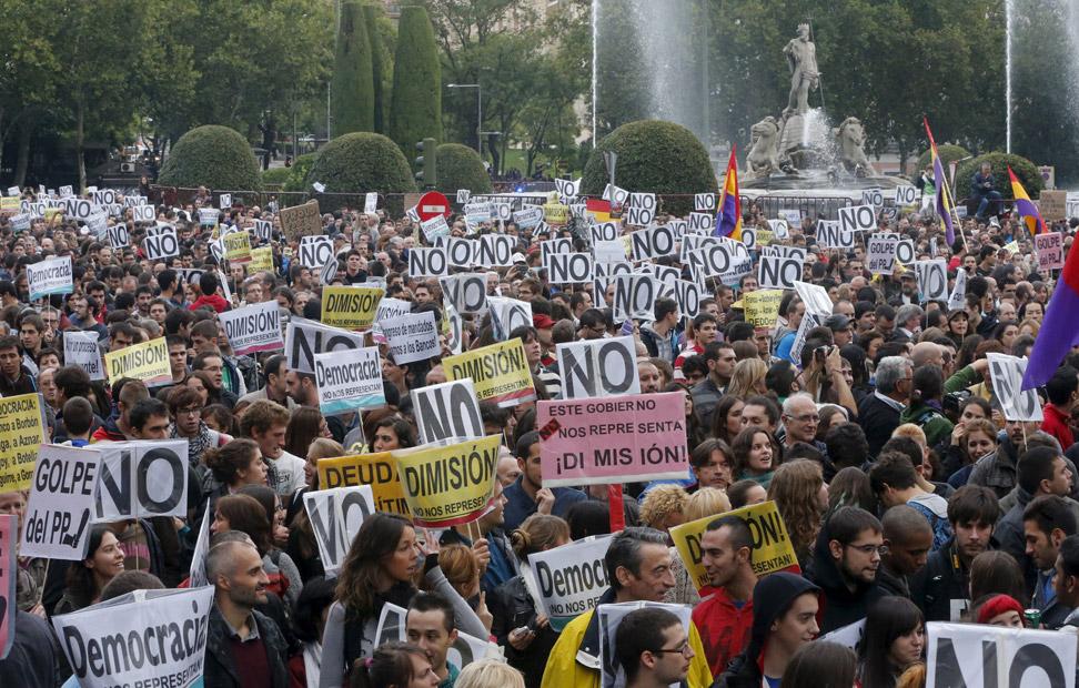 Manifestantes en Neptuno dicen 'No' a los recortes del Ejecutivo de Rajoy. REUTERS