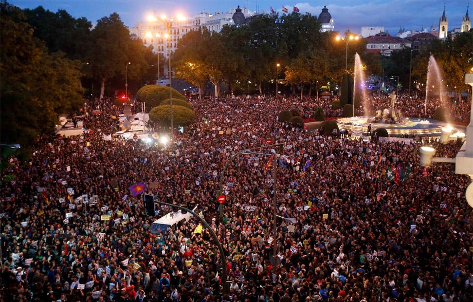 Miles de manifestantes gritan en la plaza de Neptuno en Madrid contra las medidas de austeridad del Gobierno de Mariano Rajoy. REUTERS/Sergio Perez