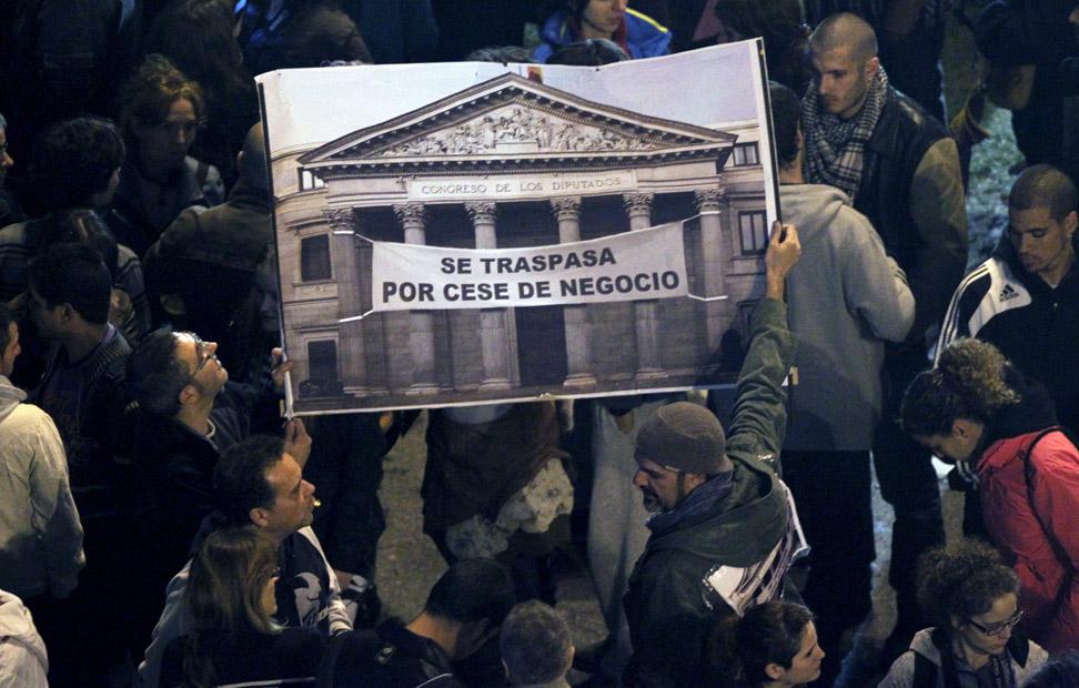 Varias personas sostienen una pancarta esta tarde en la plaza de Neptuno de Madrid, donde gran número de personas se encuentran congregadas, convocadas por la Coordinadora 25S dentro de la iniciativa 'Rodea el Congreso'. EFE/Angel Díaz