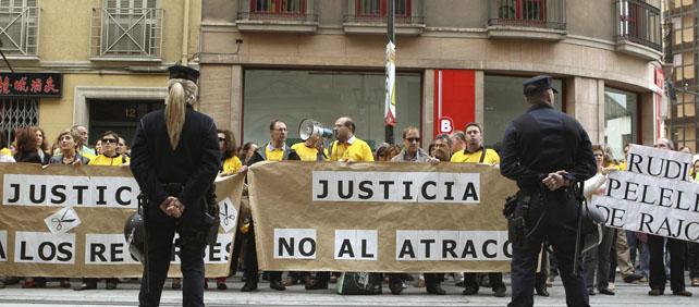 Un grupo de funcionarios de Justicia mostró ayer viernes su malestar por los recortes a las puertas de la sede del Tribunal Superior de Justicia de Aragón (TSJA) en Zaragoza.-