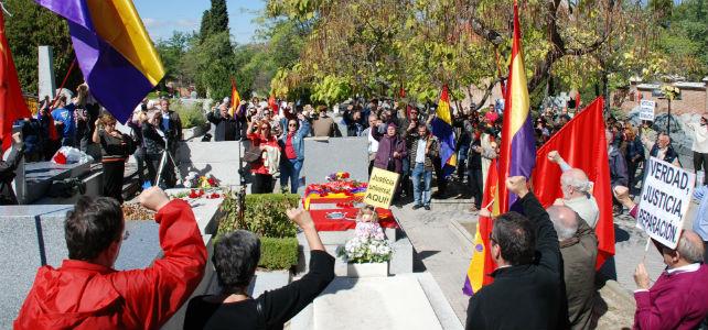 Los asistentes al homenaje cantan la Internacional frente a la tumba de Ramón García Sanz