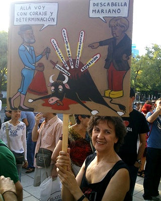 Ana, psiquiatra, con una pancarta que ha dibujado para la ocasión - E. M.