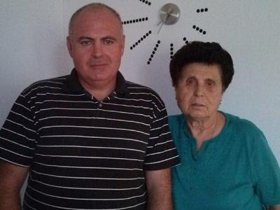 Antonio Martínez junto a su madre Isabel Jiménez, que ha perdido todos sus ahorros en el engaño de las participaciones preferentes.