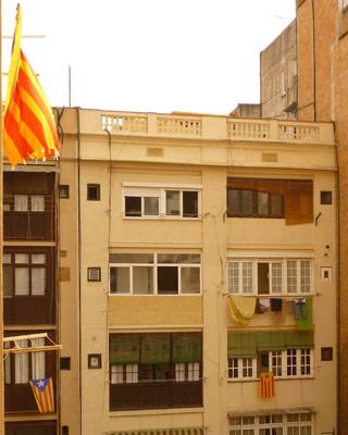 Algunos balcones han colgado la bandera de Catalunya. JORGE ROMANCE