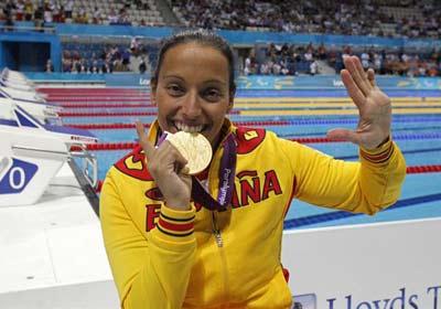 La nadadora Teresa Perales posa con la medalla de oro conseguida en los Juegos Paralímpicos de Londres. -