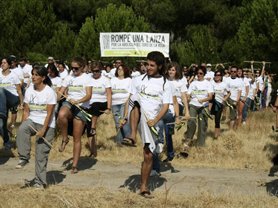 Momento del acto organizado por el Patido Animalista Contra el Maltrato Animal (PACMA), en protesta por la celebración del Toro de la Vega, bajo el lema 'Rompe una lanza'. EFE/Inés Morencia