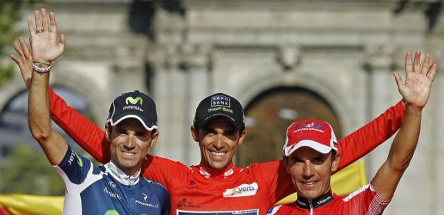 Alberto Contador en el centro, flanqueado por Alejandro Valverde (a la izquierda) y Joaquim 'Purito' Rodriguez en el podio tras la etapa final de la 67ª edición de la Vuelta Ciclista a España 2012, este domingo.-