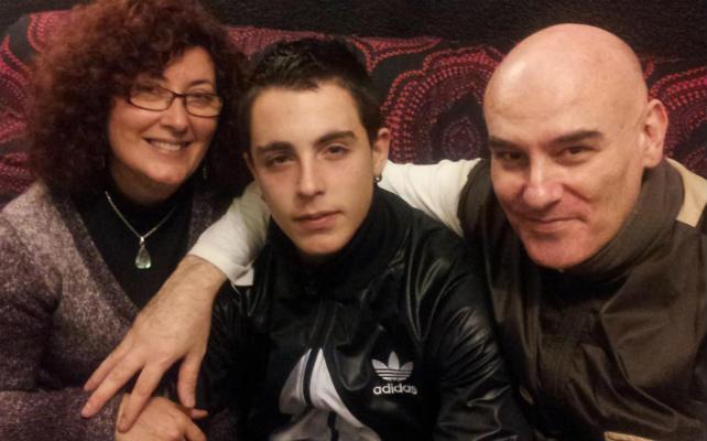 Alfon en su dormitorio en Vallecas, entre su madre, Elena Ortega, y Shangay Lily. PÚBLICO