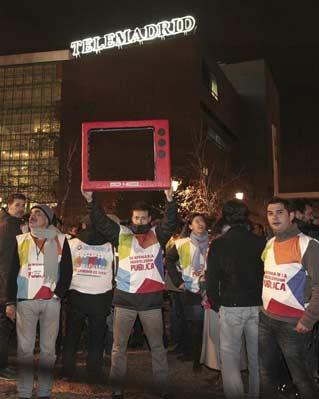 Trabajadores de Telemadrid (RTVM) se encerraron el viernes por la noche en la sede central de la Ciudad de la Imagen, en Pozuelo de Alarcón (Madrid), tras conocer que este sábado recibirían la comunicación certificada de los despidos.