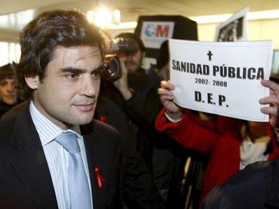 El exconsejero madrileño Juan José Güemes, durante una visita en 2008 al hospital Gregorio Marañón donde fue abucheado. EFE