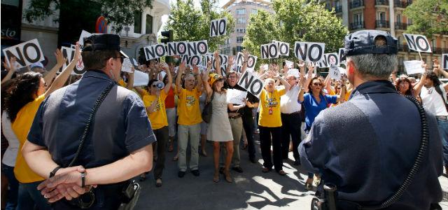Funcionarios protestan frente al Congreso contra el recorte de su paga extra de Navidad.