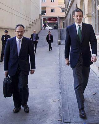 Urdangarin con su abogado, Pascual Vives, antes de entrar a declarar ante el juez Torres en febrero de 2012/AFP