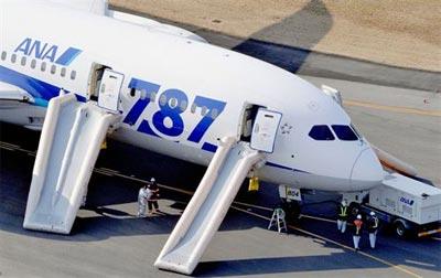 Un Boeing 787 con las rampas de emergencia desplegadas.