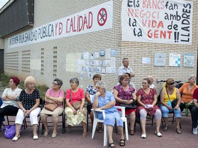 Vecinos protestando frente al Centro de Atención Primaria de Ca N'Oriac, en Catalunya.-EDU BAYER