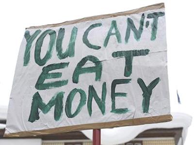 Pancarta de uno de los manifestantes que se concentraron el pasado enero a las afueras del Foro Económico de Davos.