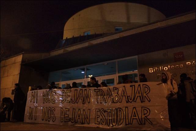 Jóvenes estudiantes protestan por el recorte en el horario de cierre de las bibliotecas municipales de Madrid. - JAIRO VARGAS