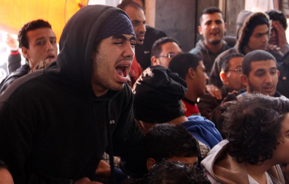 Los egipcios reaccionan en la ciudad de Port Said este 26 de enero, después de que un tribunal de El Cairo condenara a muerte a 21 personas por los sucesos de año pasado en los que, durante un motín en un partido de fútbol, murieron más de 70 personas.