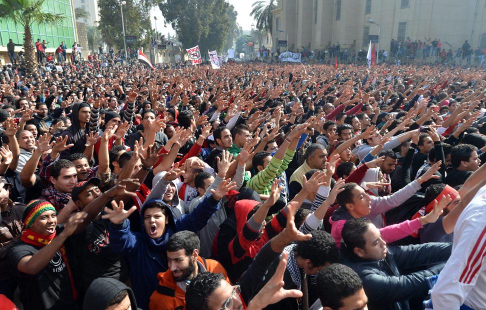 Los aficionados egipcios del Al-Ahly club de fútbol celebran la sentencia del tribnunal en las afueras de la sede del club en El Cairo el 26 de enero 2013.