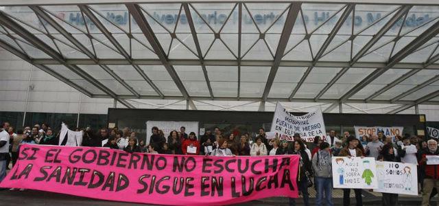Acto de protesta 'Abraza tu Hospital', celebrado hoy  en el hospital Puerta de Hierro de Majadahonda. EFE