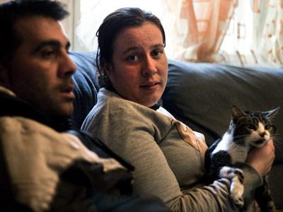 Alberto Simón y Paquita Saavedra sentados en el sofá de la casa que ocupan en Villaverde, propiedad de la AMNV