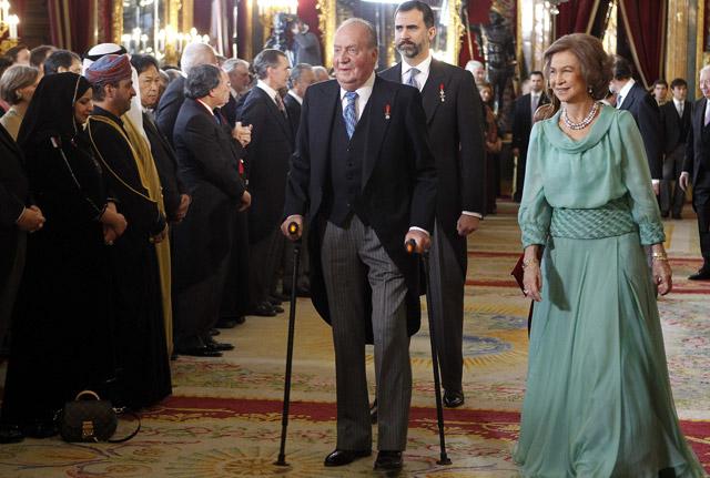 El rey Juan Carlos, acompañado de la reina Sofía y el príncipe de Asturias, durante la recepción al cuerpo diplomático que tuvo lugar la semana pasada en el Palacio Real. ÁNGEL DÍAZ / EFE