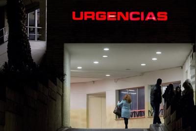 Vista exterior del hospital Carlos Haya de Málaga, donde un hombre de 57 años se quemó a lo bonzo esta tarde a las puertas de este centro sanitario y donde fue posteriormente ingresado por los sanitarios que le han atendido.
