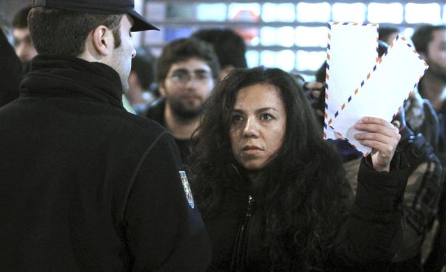 Una mujer protesta ante la sede del Partido Popular en Madrid contra la corrupción. ÁNGEL DÍAZ (EFE)