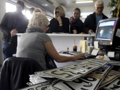 Ciudadanos griegos devuelven las matrículas de sus coches para no pagar los impuestos que el Gobierno ha subido por culpa de la crisis. EFE