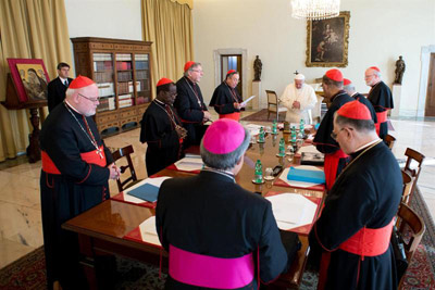 Fotografía facilitada por 'L'Osservatore Romano' que muestra al Papa Francisco durante una reunión con varios cardenales.