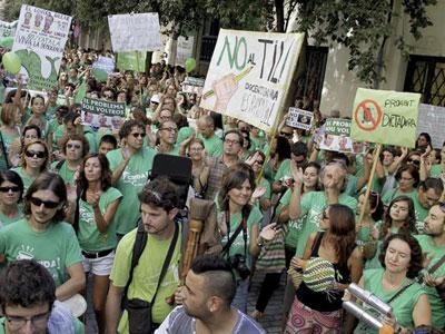 Protesta de alumnos y profesores ante el Parlamento balear. EFE