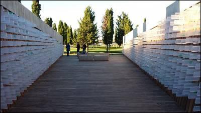 Vista general del monumento en el cementerio de León en memoria de los fusilados por la dictadura en la provincia.