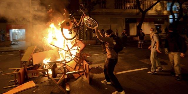 Disturbios tras la manifestación de este martes 15 de octubre en Río de Janeiro. REUTERS/Lucas Landau