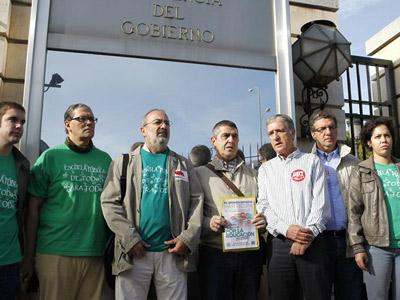 Representantes de la Plataforma Estatal por la Escuela Pública tras entregar las firmas en el Palacio de la Moncloa. EFE
