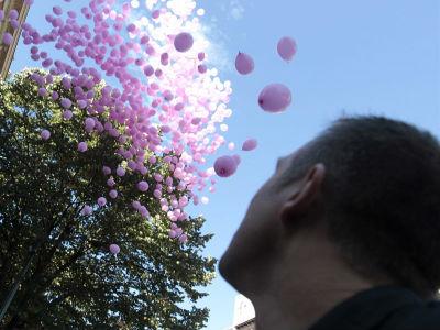Suelta de globos, ayer, en Bilbao, con motivo del Día Mundial Contra el Cáncer de Mama. EFE