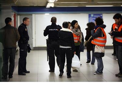 Control policial en el Metro de Madrid. PÚBLICO