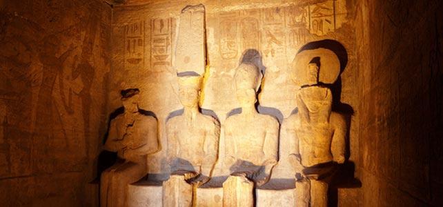 El sol ilumina a Ramsés II en el templo de Abu Simbel.